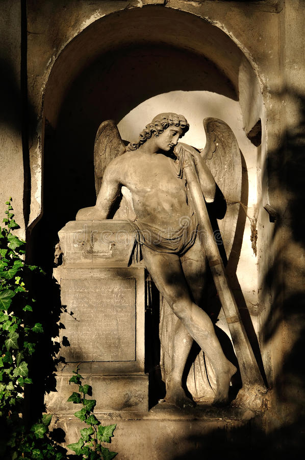 Marmorstatue des Engels in Olsany-Kirchhof in Prag stockbild
