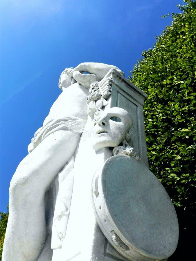 Marmorstatue im Park, Dramamaskenstatue lizenzfreie stockbilder
