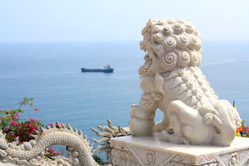 Marmorstaty av en Foo Dog (det kinesiska förmyndarelejonet) royaltyfria bilder