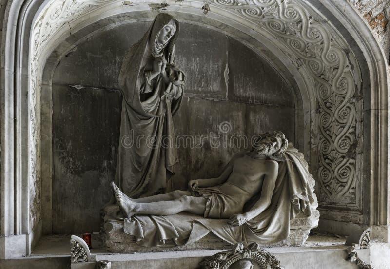 Marmorstatyer i kyrkogården arkivbild