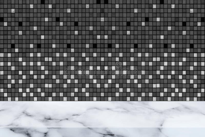 Marmortabell med svart mosaikväggtextur och bakgrund arkivbild