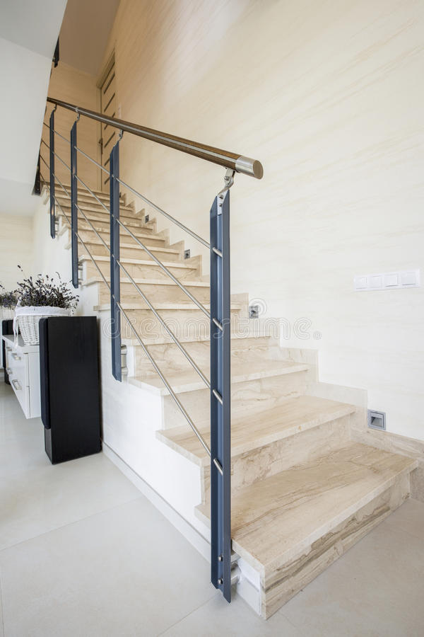 Marmortrappa i lyxig lägenhet fotografering för bildbyråer