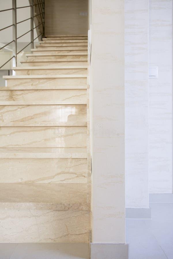 Marmortrappa i lyxig lägenhet royaltyfri fotografi