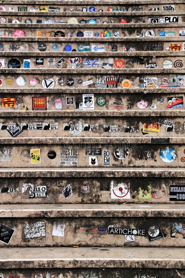 Marmurów kroki wypełniający z kolorowymi reklamowymi majcherami fotografia stock