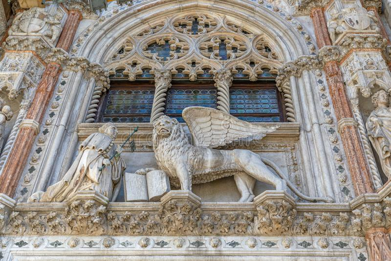 Marmurowa dekoracja wejściowy Porta della Carta doża pałac Palazzo Ducale z symbolem Wenecja Oskrzydlony lew fotografia stock