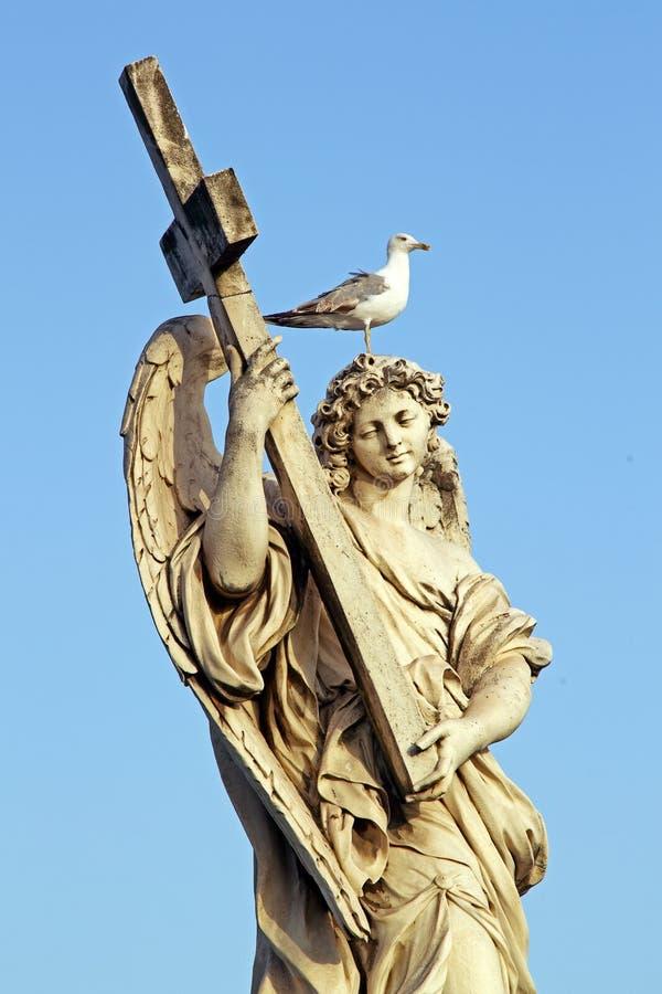 Marmurowa statua anioł w Rzym, z krzyżem i seagull obraz royalty free