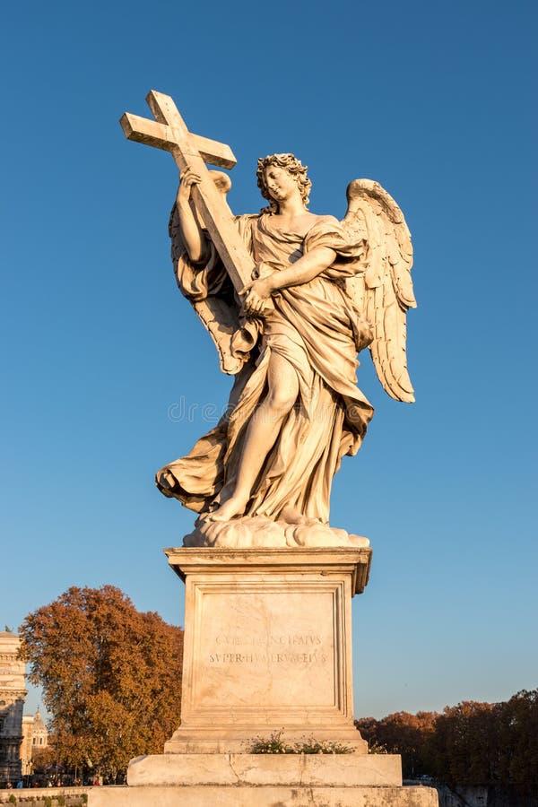 Marmurowa statua anioł z krzyżem obrazy royalty free