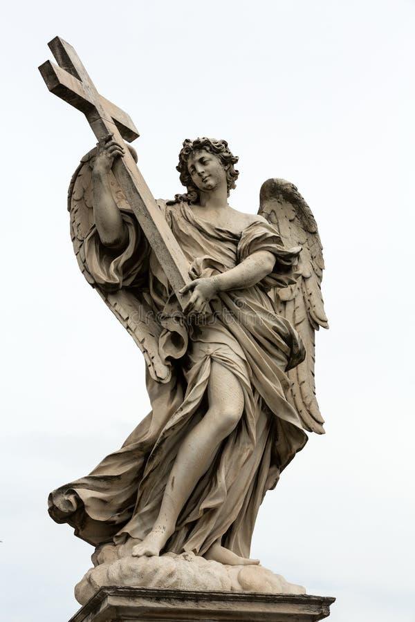 Marmurowa statua anioł z krzyżem obraz stock