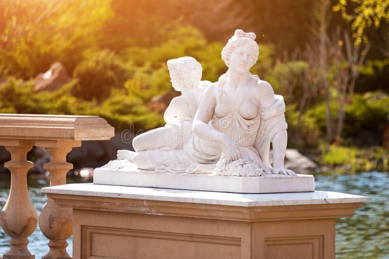 marmurowa statua grecka bogini i amorek obraz royalty free