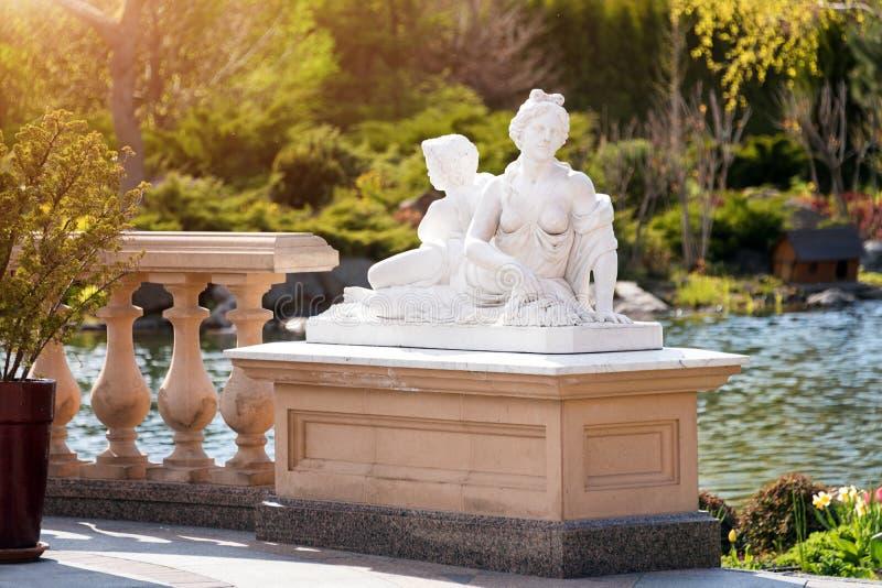 marmurowa statua grecka bogini i amorek fotografia stock