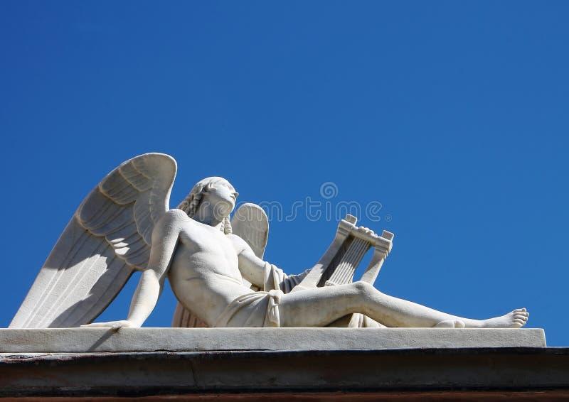 Marmurowa statua opierać anioł patrzeje w kierunku nieba obrazy stock