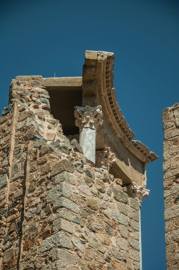 Marmurowe kolumny i architraw przy Romańskim teatrem Merida zdjęcia royalty free
