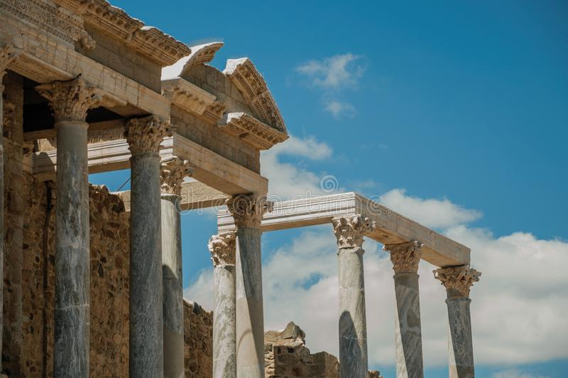 Marmurowe kolumny i architraw w Romańskim teatrze przy Merida obraz stock