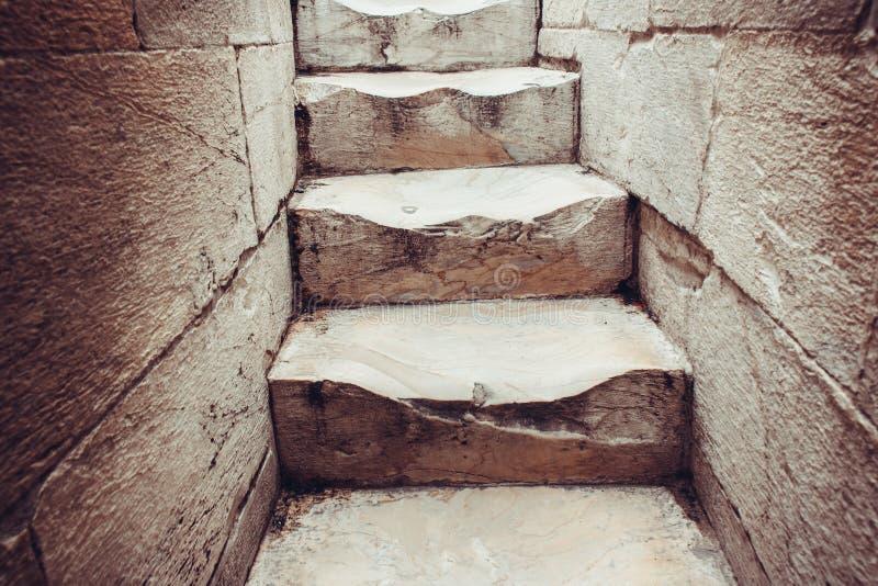 Marmurowi kroki są ubranym od ludzi chodzi w górę ślimakowatego stai fotografia royalty free