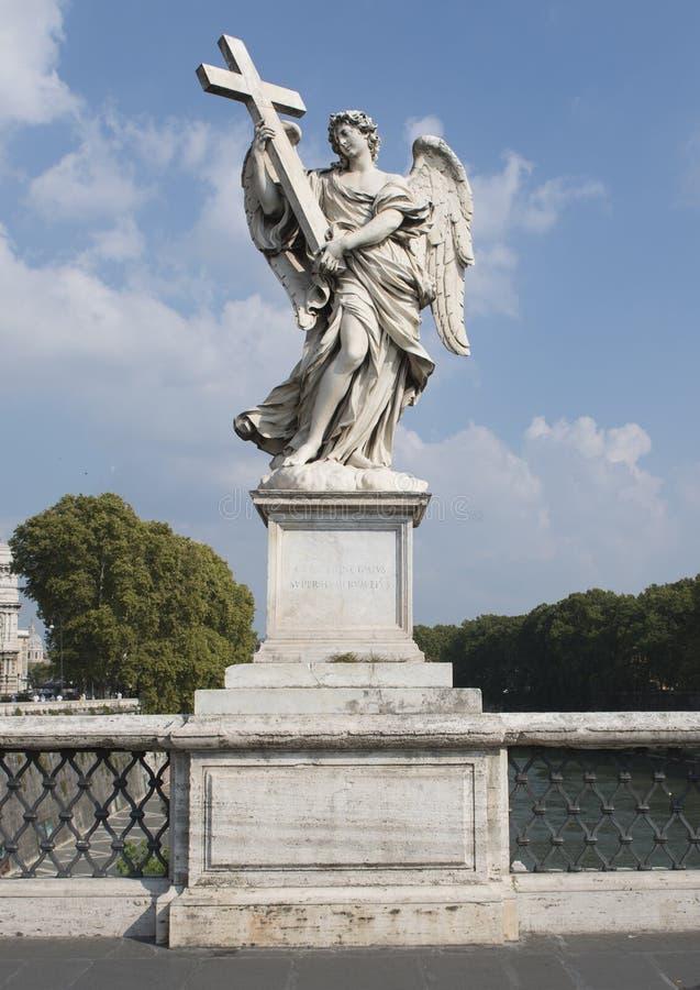 Marmurowy anioł trzyma krzyż na Ponte Sant ` Angelo obraz stock