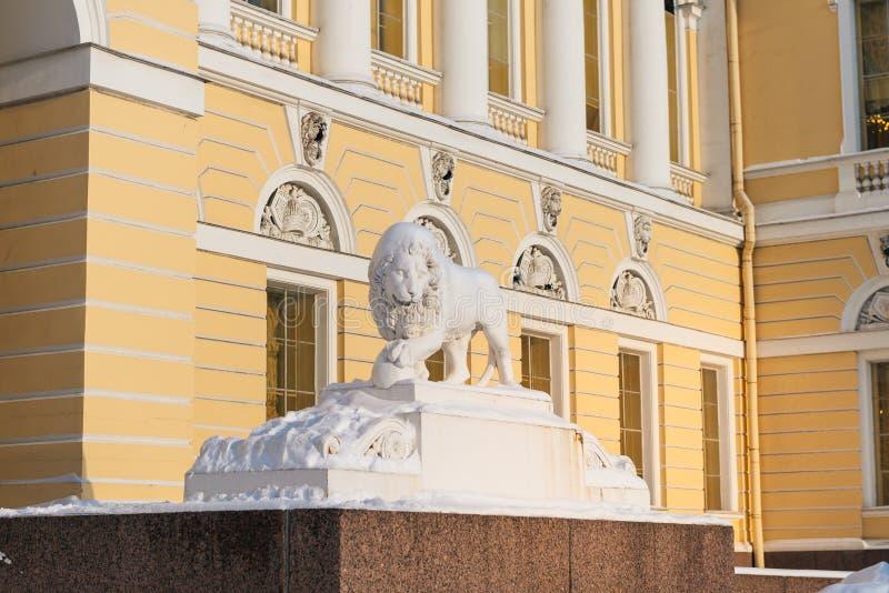 Marmurowy lew podtrzymuje łapy sedna, blisko wejścia stanu Mikhailovsky Rosyjski Muzealny pałac, Świątobliwy Petersburg, Rosja obrazy stock