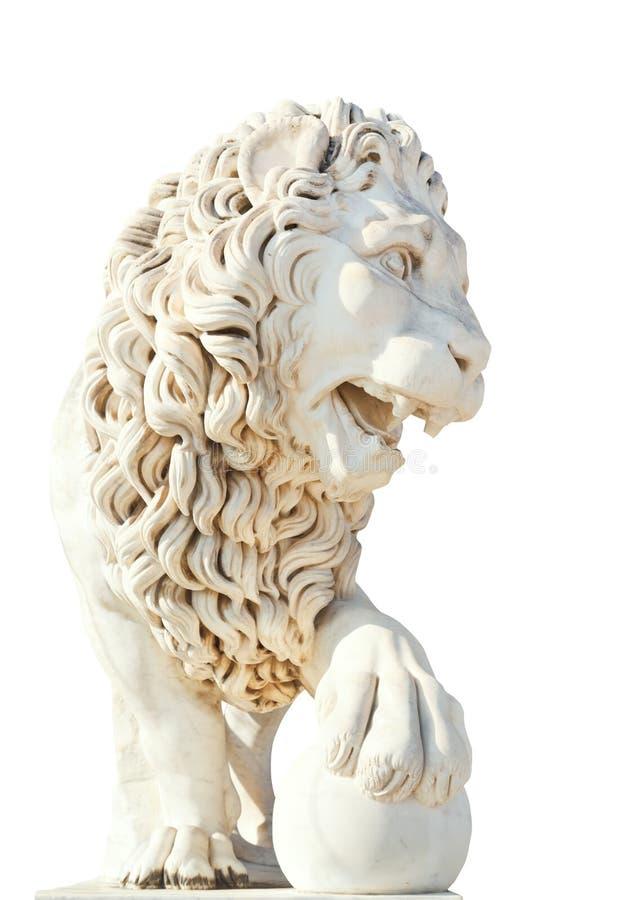 Marmurowy medici lew z piłką odizolowywającą na bielu zdjęcie royalty free