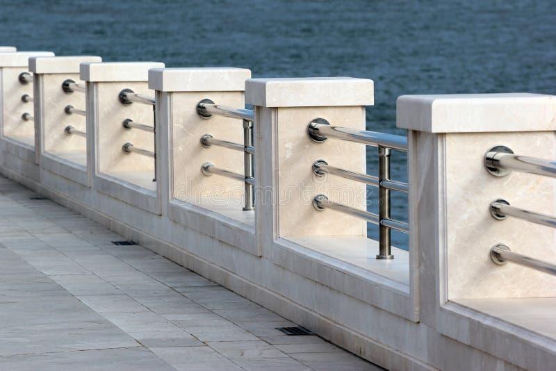 Marmurowy metalu ogrodzenie na pustym nadbrzeże deptaku fotografia royalty free