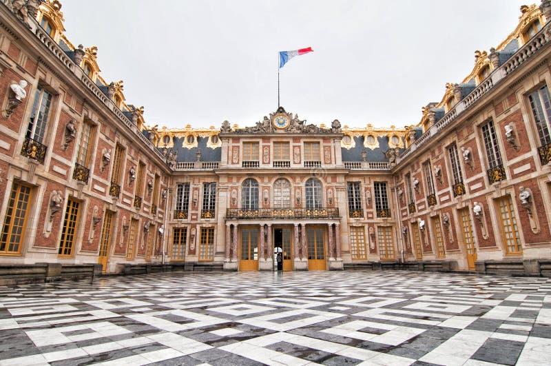 Marmurowy podwórze wejście pałac Versailles Château de Versailles w Paryż zdjęcia stock