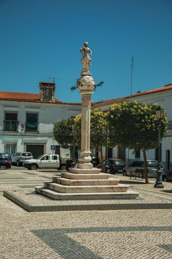 Marmurowy pręgierz i rzeźba na wierzchołku w kwadracie z starym budynkiem obrazy royalty free