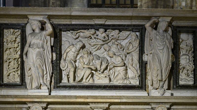 Marmurowy reliefowy uwypukla Jezus w żłobie wśrodku Mediolańskiej katedry katedralny kościół Mediolan, Lombardy, Włochy obraz royalty free