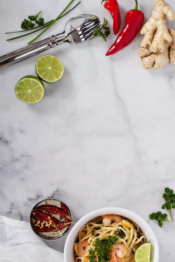 Marmurowy stół z azjatykcimi kulinarnymi składnikami fotografia stock