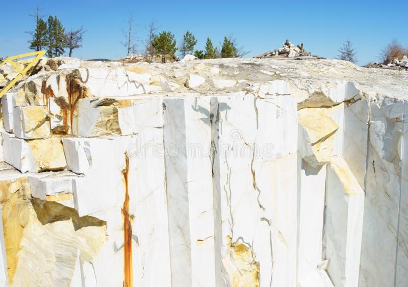 Marmurowy ?up marmurowy tekstury bia?e t?o marmuru cięcie kariera statuaryczny marmur w Buguldeyka blisko Baikal obraz royalty free