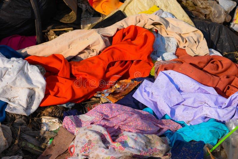 Marnotrawi od śmieci który degraduje naturalnym znaczy zdjęcie stock