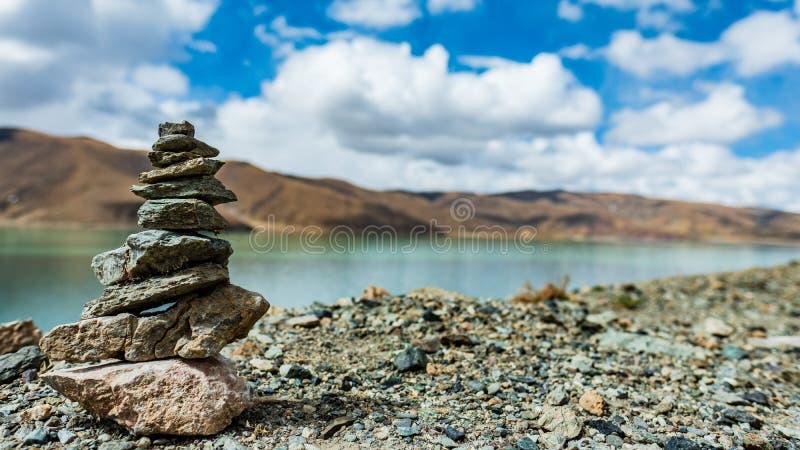 Marnyisteen, Blauw hemel en meer, Tibet stock afbeelding