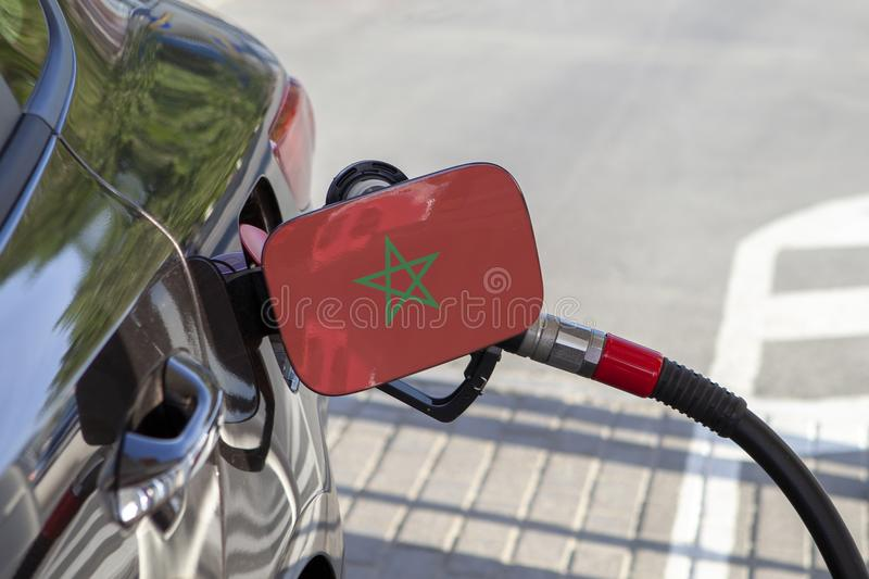Maroc旗子在汽车` s燃料补白挡水板的 库存图片