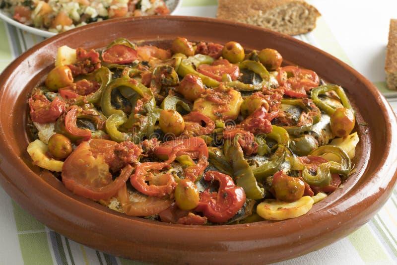 Marocain traditionnel Tagine avec des sardines, des légumes et le pain photo stock
