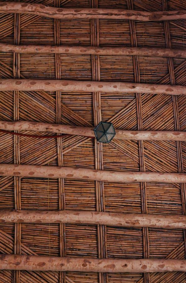 Maroccan木枝杈天花板 竹天花板在非洲房子里 传统木天花板在巴巴里人的家 免版税库存图片