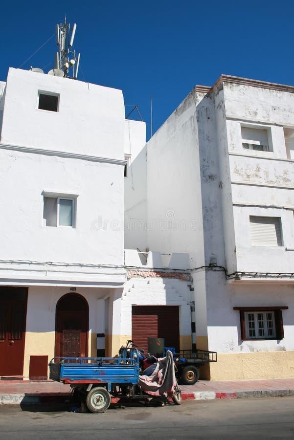 Maroccan com casas e um reboque azul imagem de stock