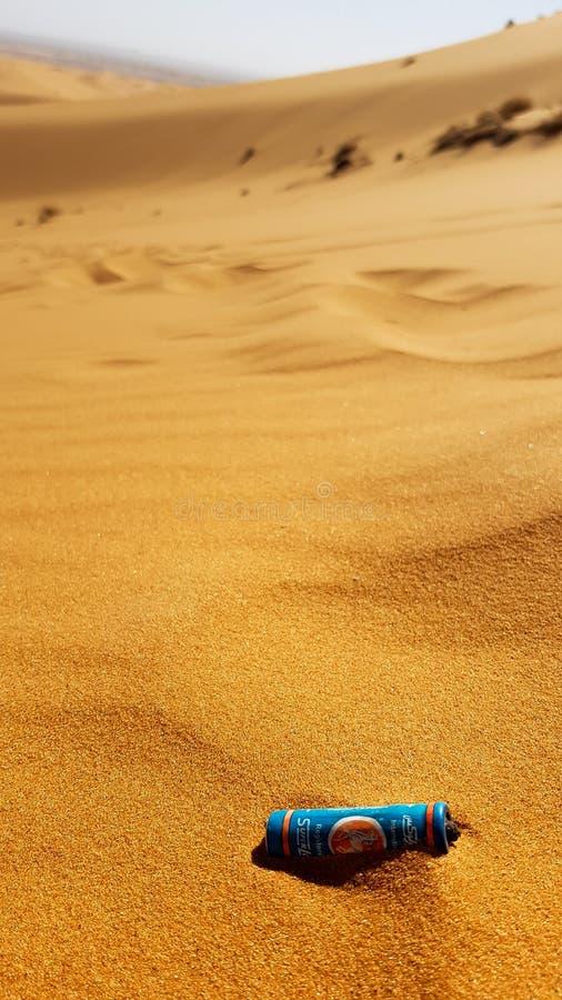 MAROCCO - 9 ΜΑΡΤΊΟΥ 2018: Απορρίματα στην έρημο, μπαταρία στην άμμο στην έρημο στοκ εικόνες με δικαίωμα ελεύθερης χρήσης