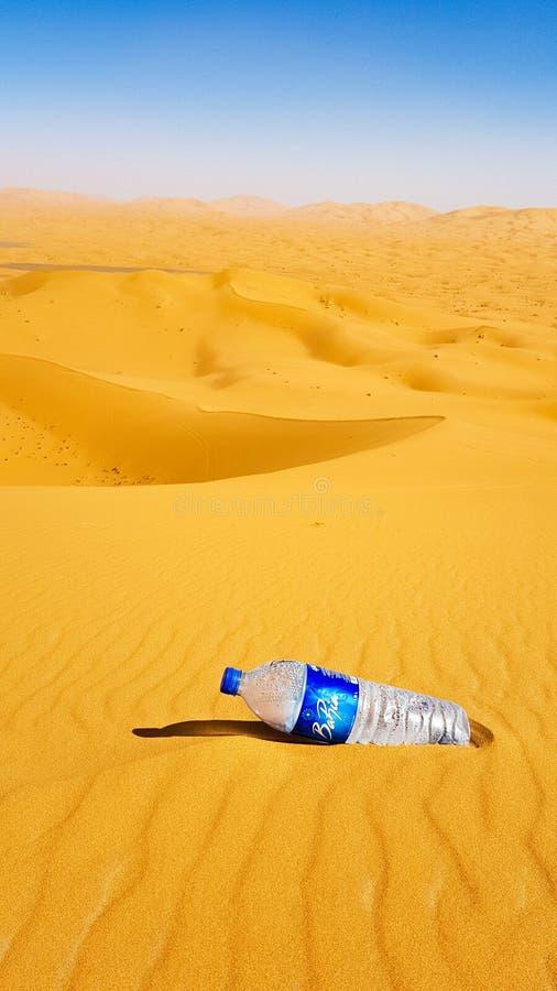 MAROCCO - 9 DE MARZO DE 2018: Litera en el desierto, botella pl?stica en la arena en el desierto fotos de archivo