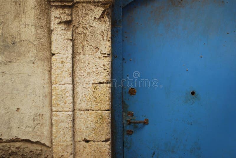 Marockansk blå dörrbakgrund royaltyfri bild