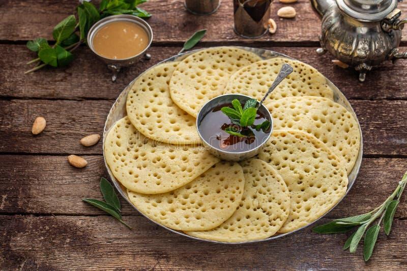 Marockansk frukost med Baghrir, mintkaramellte och honung, kopieringsutrymme arkivbild