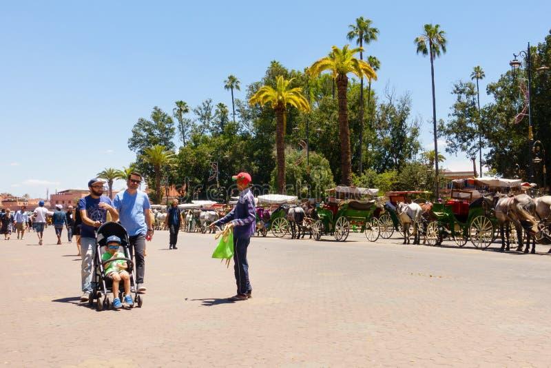 Marockansk gatuförsäljare Selling till turister i Marrakech royaltyfria foton
