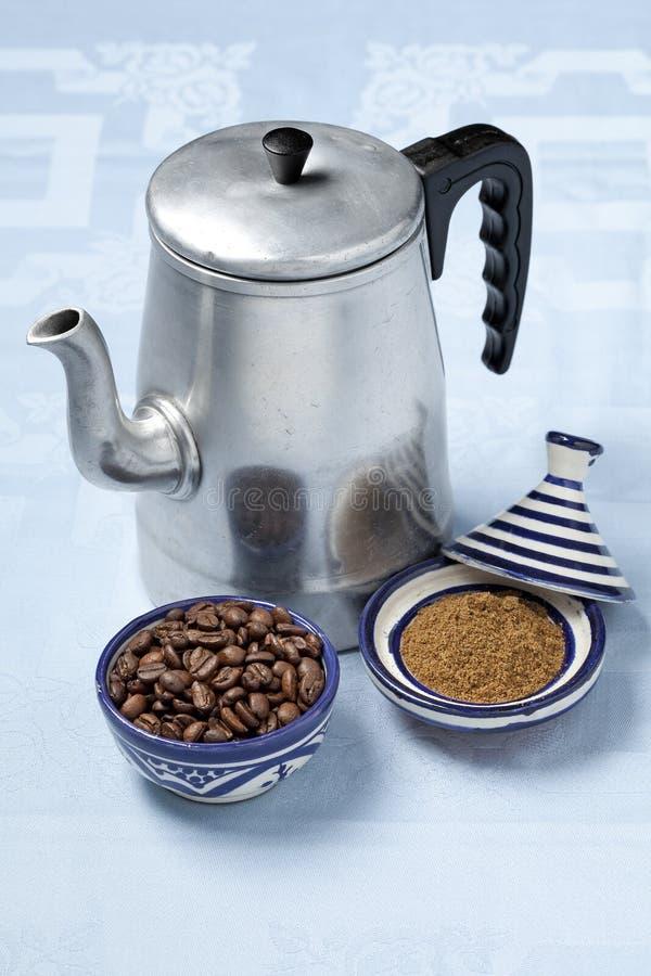 Marockansk kaffekruka och kryddor arkivbild