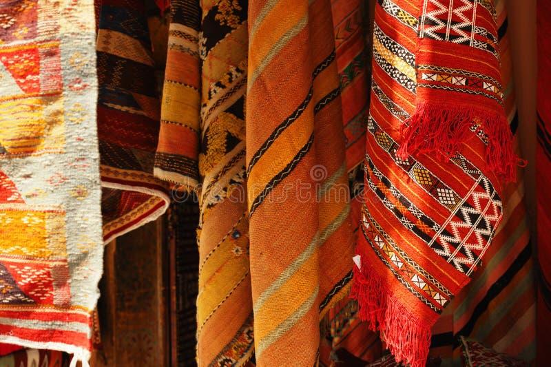Marockanska mattor i en souk arkivfoto