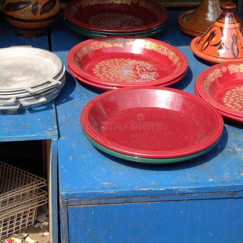 Marockanska plattor som säljs på marknaden arkivbild