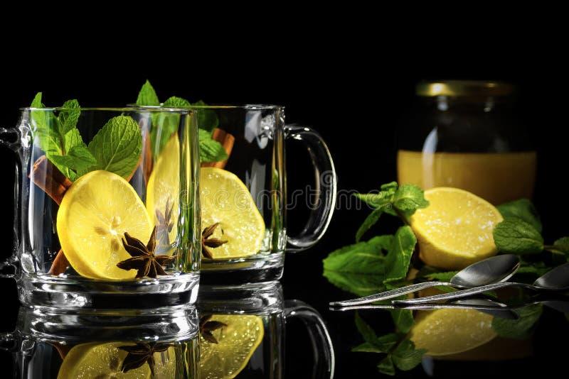 Marockanskt te med honung royaltyfri foto