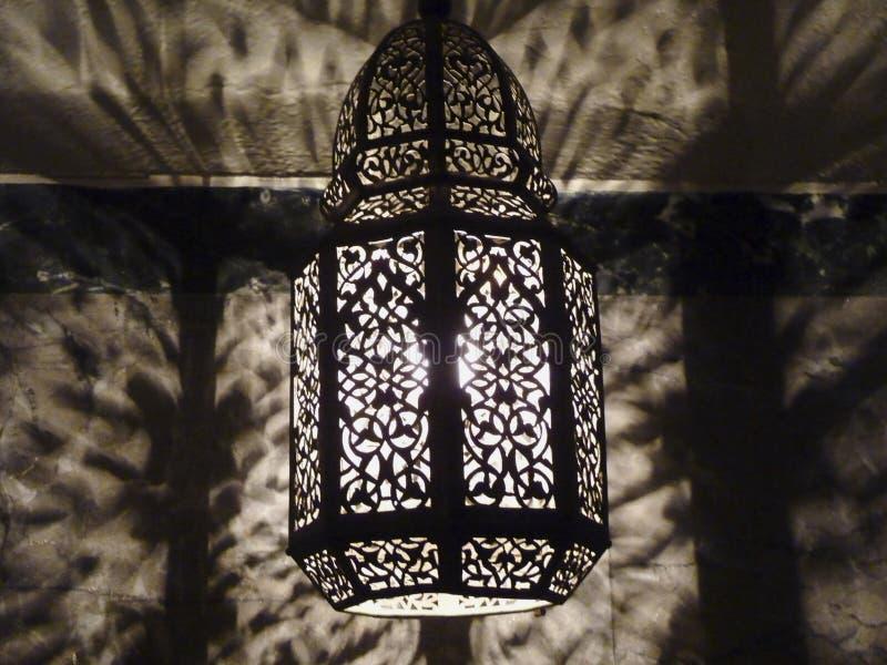 Marockanskt trängt igenom utsmyckat belägger med metall den Filigree lampan arkivfoto