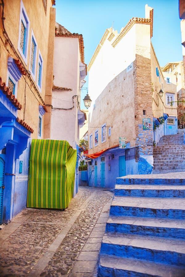 Marocko är den blåa staden av Chefchaouen, ändlösa gator som målas i blått, färgar Massor av blommor och souvenir i det härligt arkivfoton