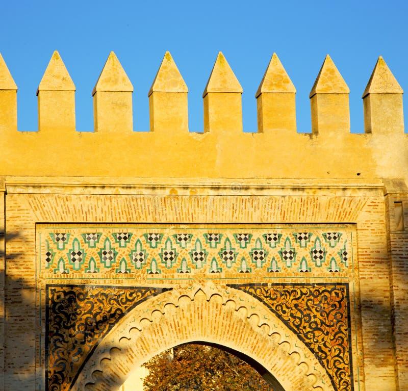 Marocko båge i africa gammal konstruktionsgata den blåa himlen fotografering för bildbyråer