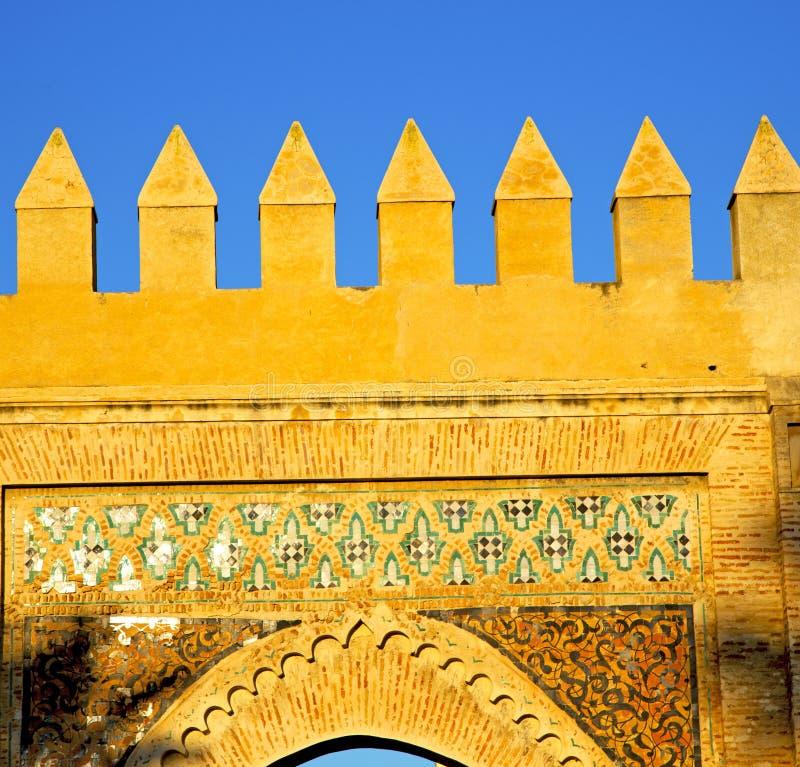 Marocko båge i africa gammal konstruktionsgata den blåa himlen arkivfoto