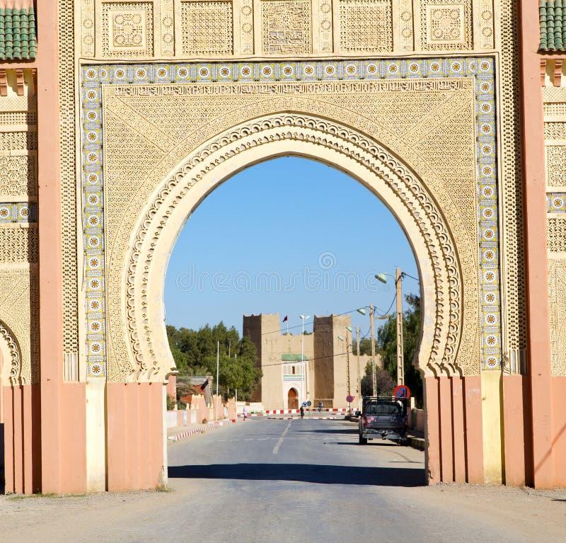 Marocko båge i africa gammal konstruktionsgata den blåa himlen arkivbilder