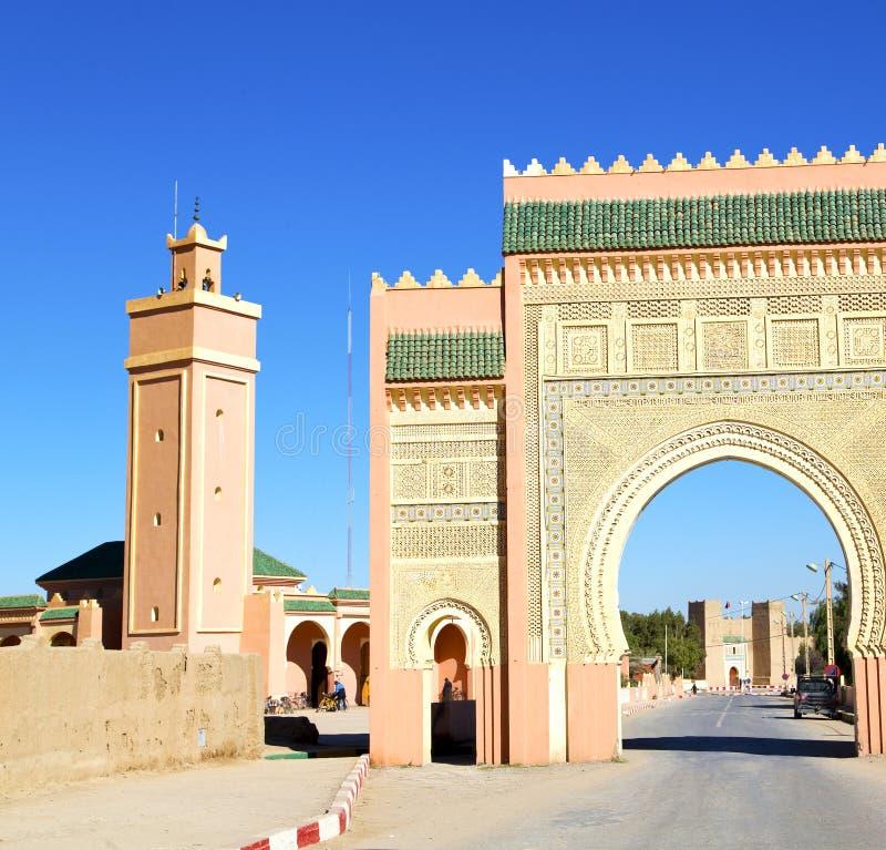Marocko båge i africa gammal konstruktionsgata den blåa himlen royaltyfri fotografi