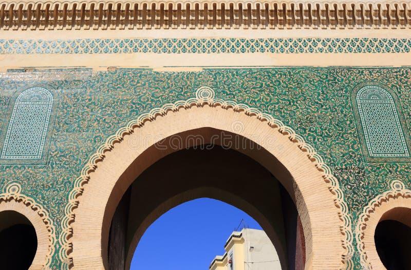 Marocko Fez Detalj av en välvd nyckel med symmetriskt islamiskt - glasade väggtegelplattor för Arabesque stil royaltyfria bilder