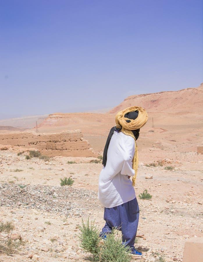 Marocko man, turban, berber, arab, lord, person, färger, gryning, skymning, ensamhet, hem, öken, hus, begrundande, jord, räkning royaltyfria foton